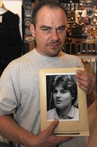 Andreas Krieger met een foto van toen hij nog Heidi Krieger was