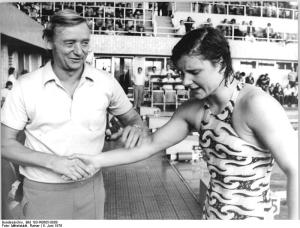Zwemtrainer Rolf Gläser met Rosemarie Gabriel (1976)
