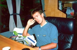 Erik Breukink in de PDM-camper nadat hij in de Tour heeft opgegeven./Erik Breukink in de PDM-camper nadat hij in de Tour heeft opgegeven. 16-07-1991