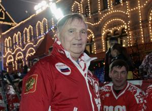 Viktor Tichonov tijdens een reünie van het Sovjet-All-Star-team op het Rode Plein in Moskou