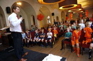 Perry Leydsman spreekt tijdens een kindermiddag bij Sparta Rotterdam (Foto Carla Vos/Cor Vos)