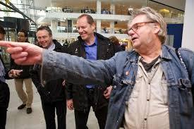 Jeroen Wielaert wijst Tour-directeur Christian Prudhomme de weg in Utrecht