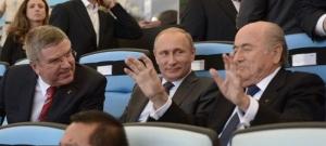 Vlnr IOC-voorzitter Thomas Bach, de Russische president Vladimir Poetin en FIFA-voorzitter Sepp Blatter
