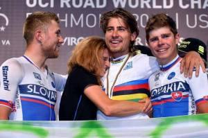 Wereldkampioen Peter Sagan omringd door zijn twee enige Slowaakse ploeggenoten en zijn vriendin Katarina